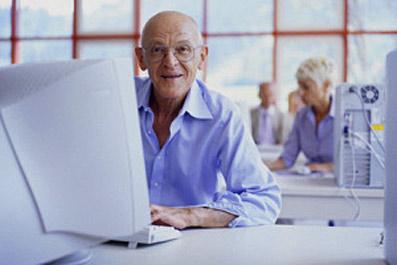 Пенсионер за компьютером