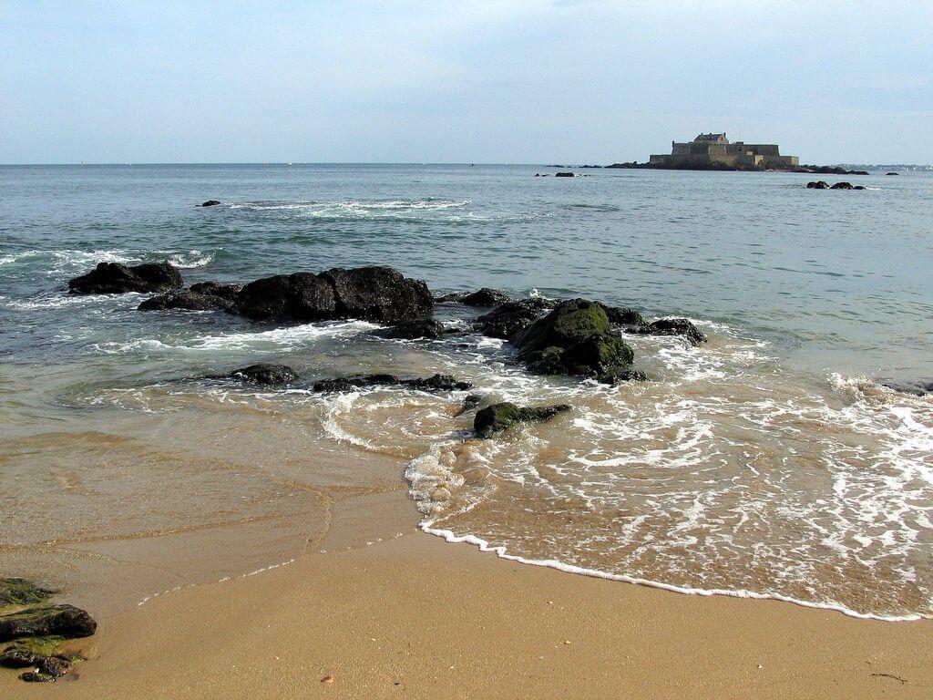 Пляж у порта Сен-Мало фото