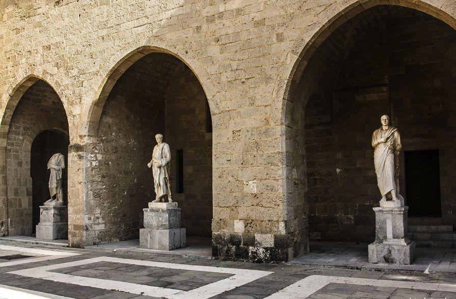 фото Внешний двор Дворца Великих Магистров