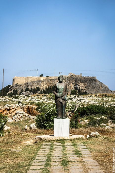 фото памятник греку при входе в линдос