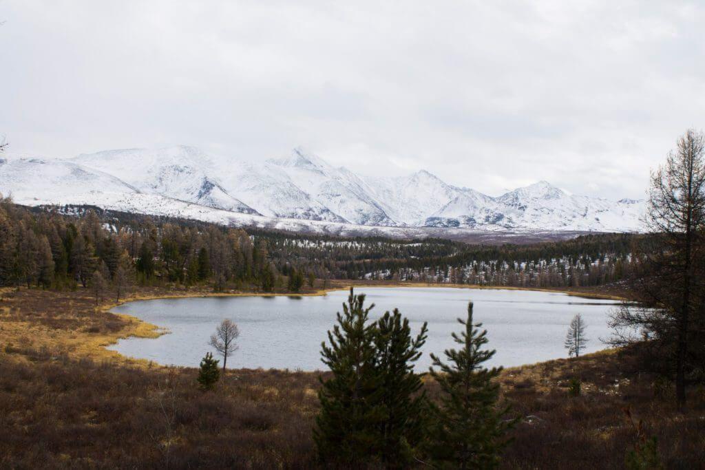 озеро и заснеженные горы