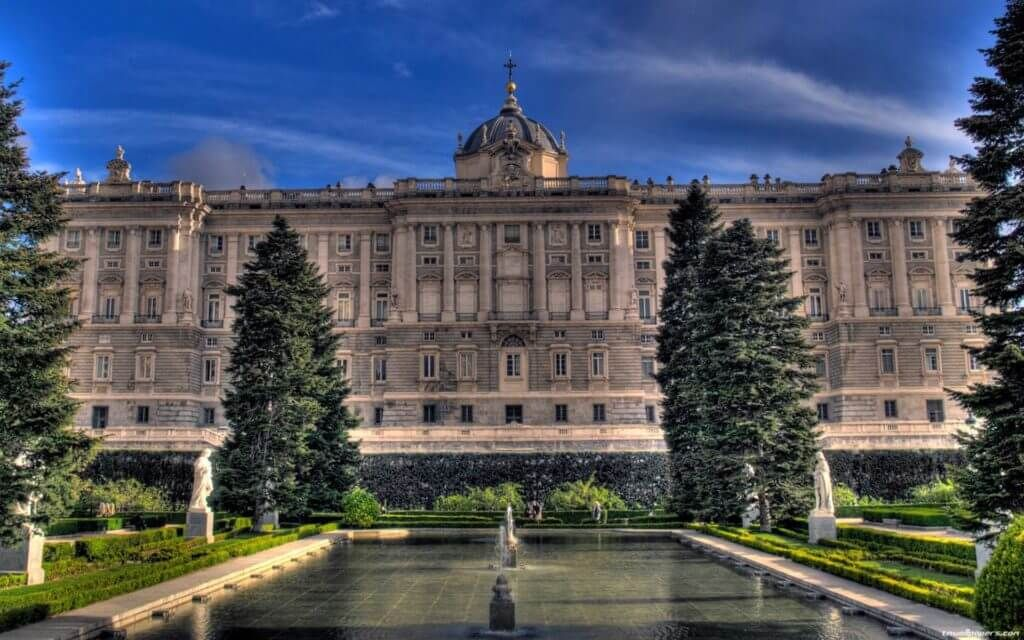 фото королевского дворца Испании с севера