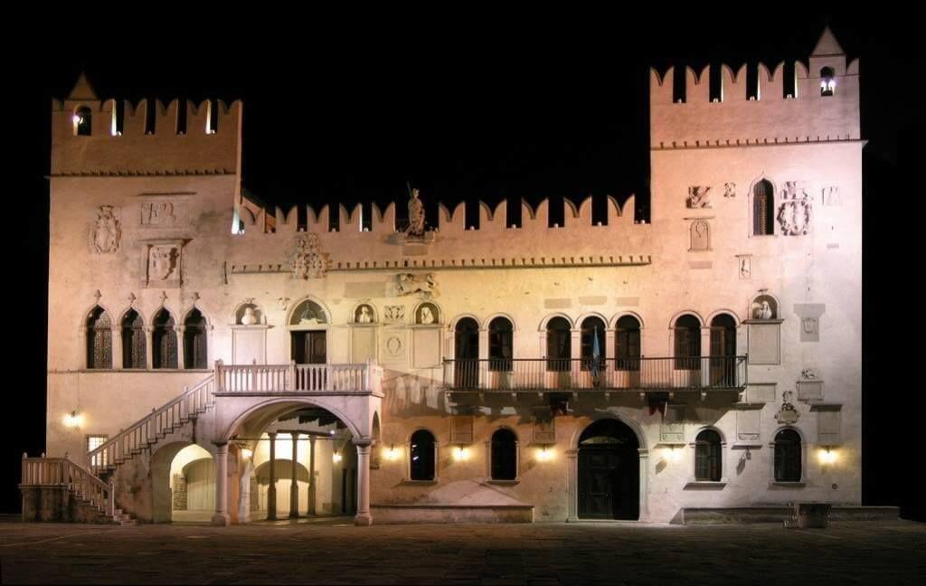 Преторийский дворец фото ночью