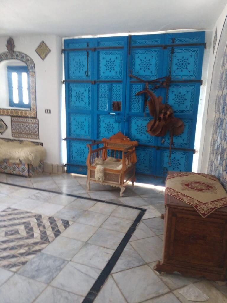 Аль Саид внутри домика