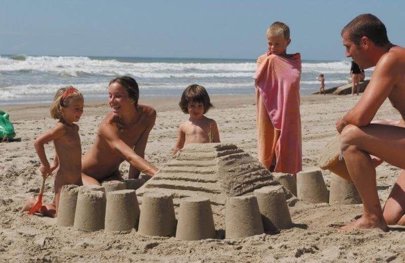 Фото семейного нудистского пляжа