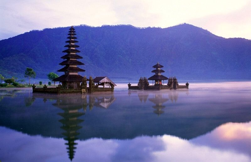 фото храма на озере Братан Бли)