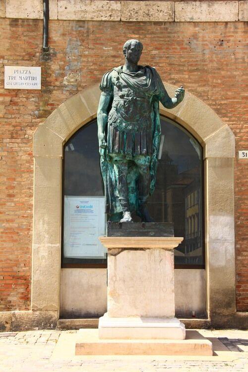 Статуя Цезаря в Римини