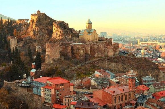 Крепость Нарикала, расположенная на скалах