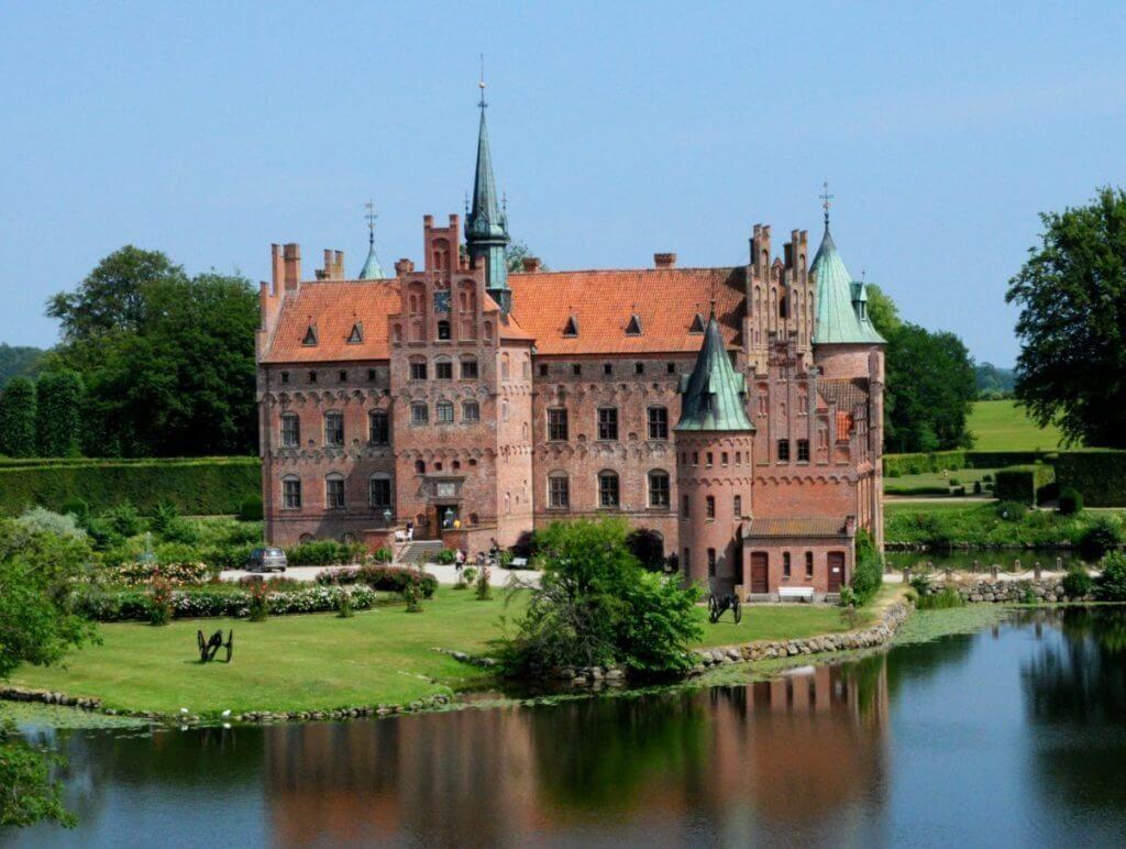 Замок Эгесков на острове Фюн (Дания)