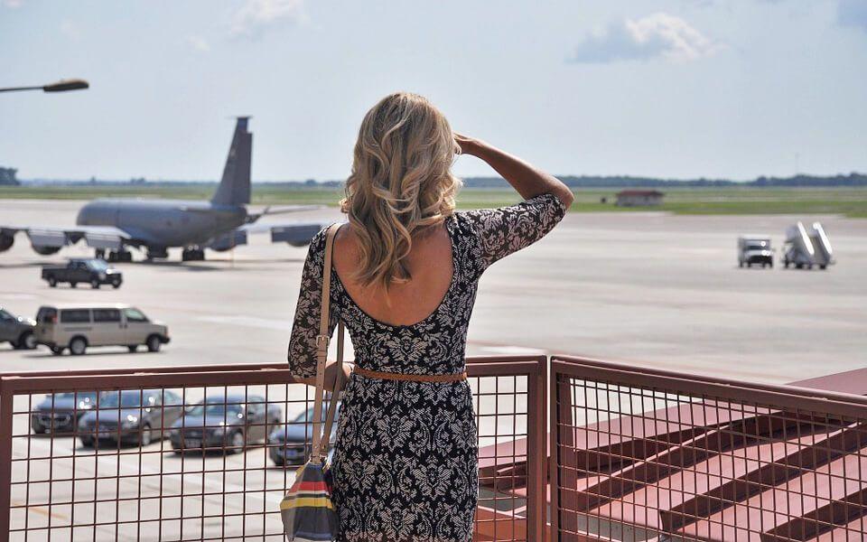 женщина ждёт прибытия самолёта