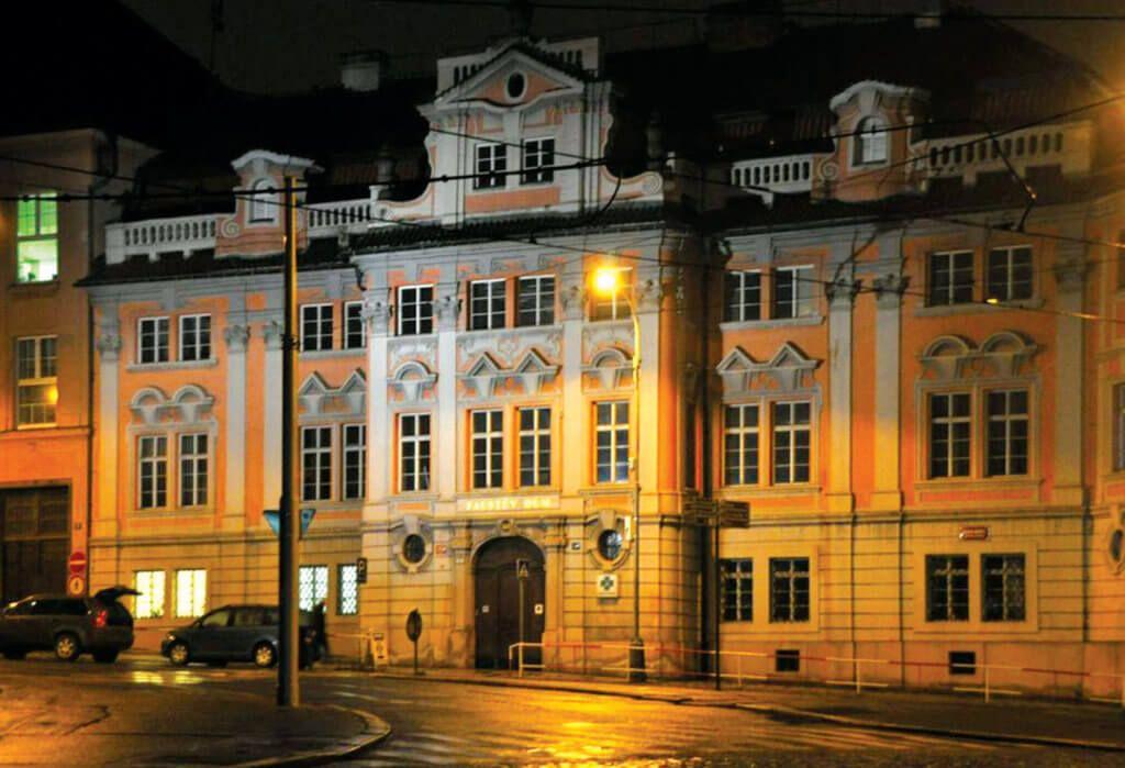 Фото дома Фауста ночью
