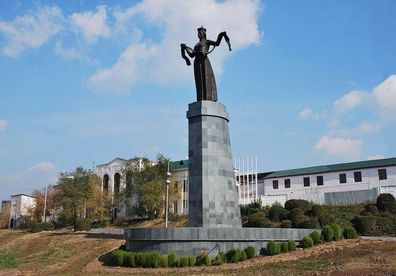 Статуя Мать Бурятия в Улан Удэ