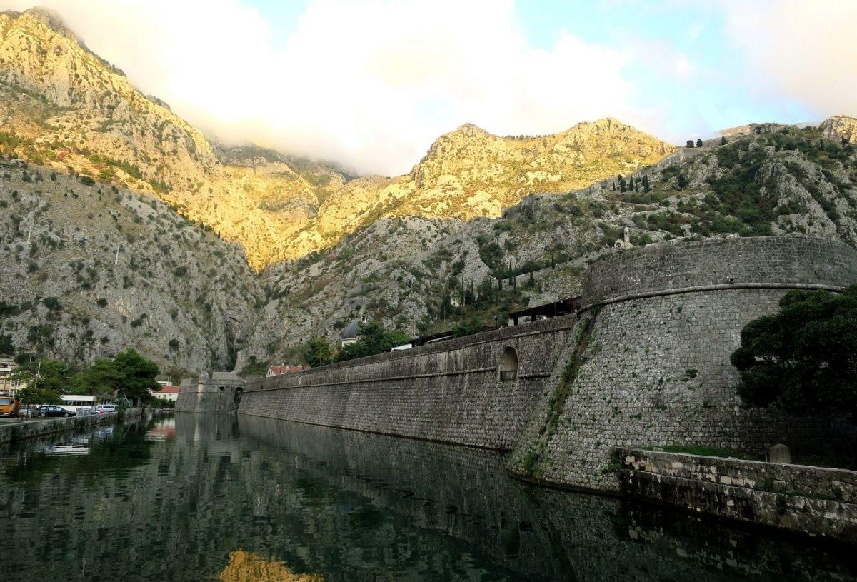 Портовый город Котор сохранил древнейшие в Черногории крепостные стены