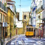 Старый желтый трамвайчик в Лиссабоне