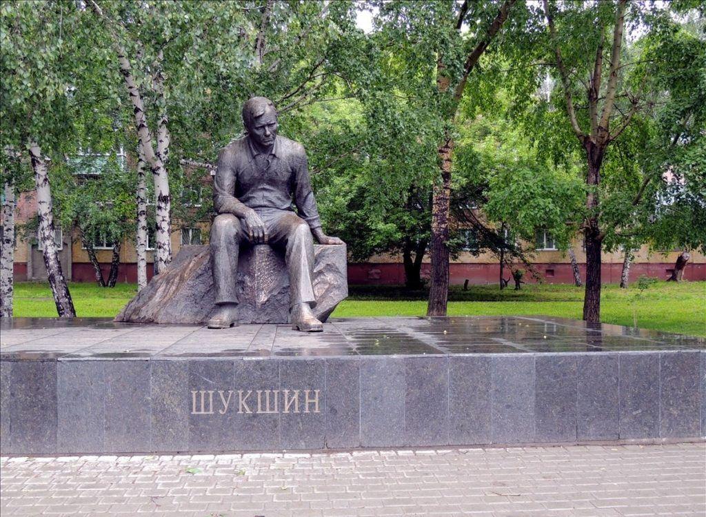 Памятник В.М. Шукшину в Барнауле