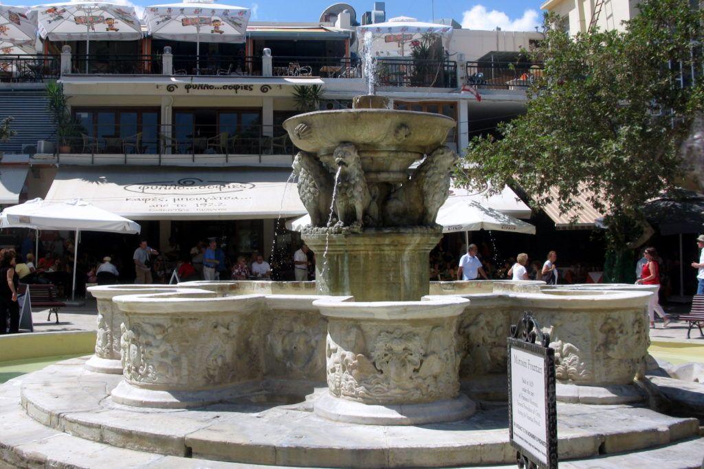 Фонтан Морозини на площади Элефтерия, Крит, Греция
