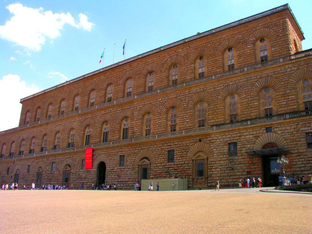 Самый большой из палаццо Флоренции, выдающийся памятник архитектуры кватроченто
