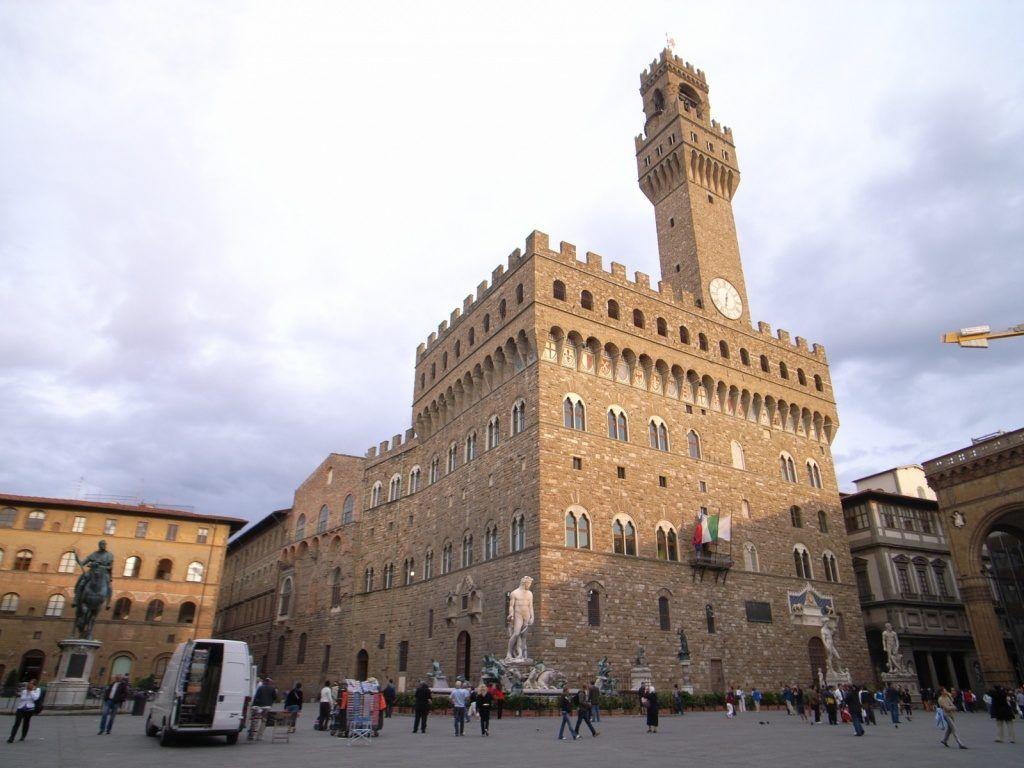 L-образная площадь перед дворцом Палаццо Веккьо во Флоренции.