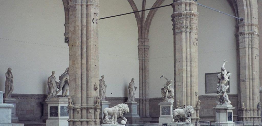 Аркадное строение было построено в период с 1376 по 1382 годы под руководством Бенчи ди Чионе и Симоне ди Франческо Таленти
