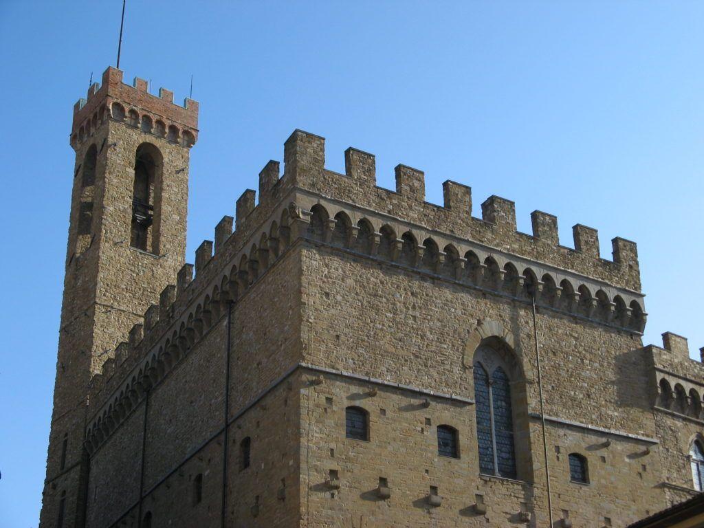 старейшее общественное здание Флоренции, в Средние века служившее резиденцией подеста и городского совета, затем — тюрьмой и казармой.