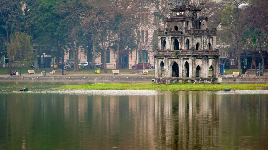Башня черепахи на озере возвращенного меча в Ханое