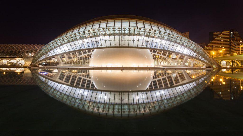Эмисферик (кинотеатр- планетарий в Валенсии)