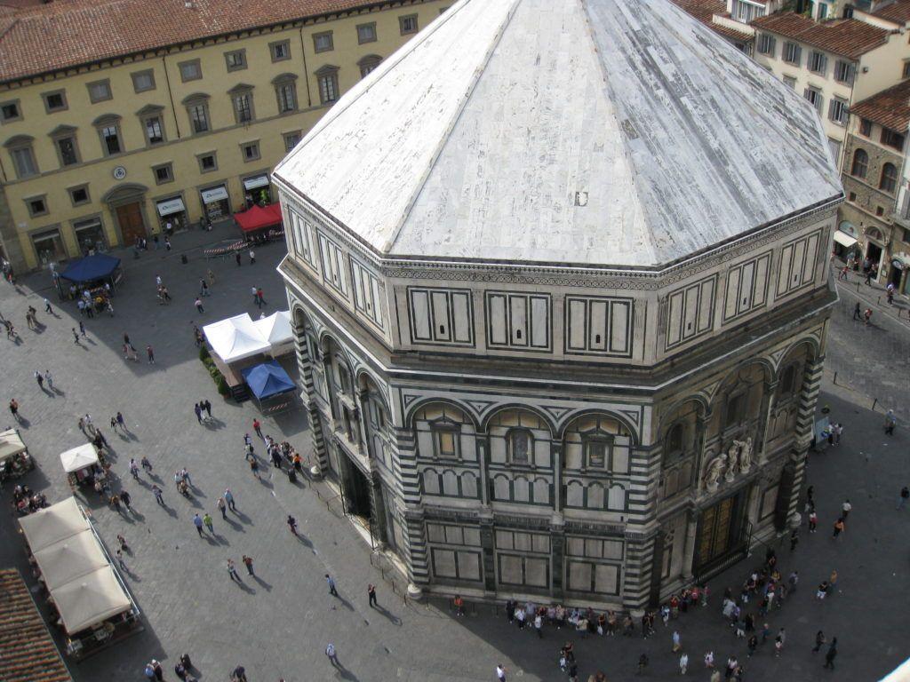 Средневековый баптистерий - одно из самых старых зданий города.
