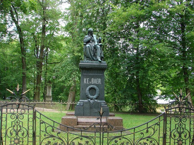 Памятник К.Э. фон Бэру в Тарту