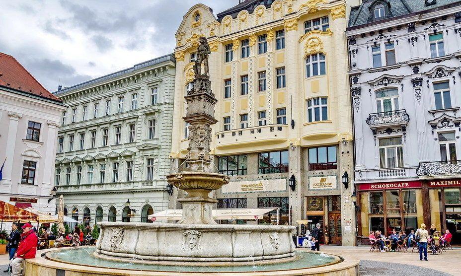 Фонтан Роланда на Главной площади Братиславы