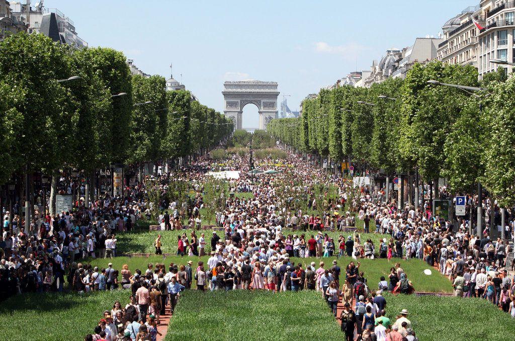 Триумфальная арка и Елисейские поля в Париже