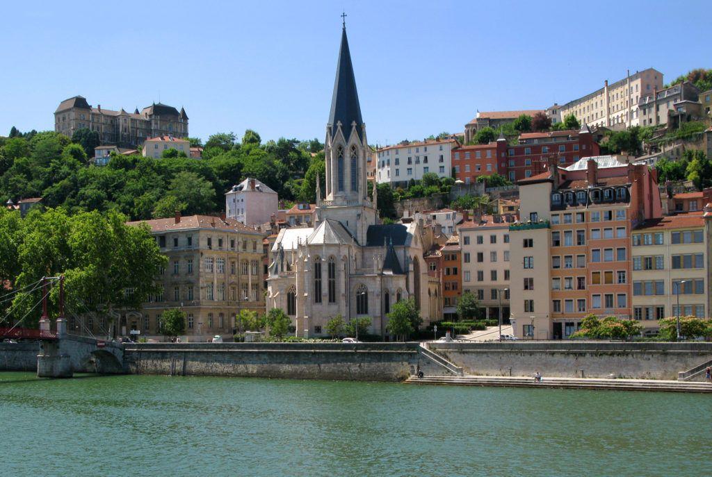 Вид на церковь Св. Георгия в городе Лион, Франция