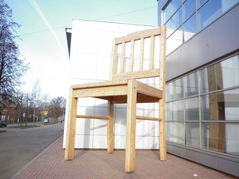 Гигантский деревянный стул возле мебельной фабрики в Боровичах