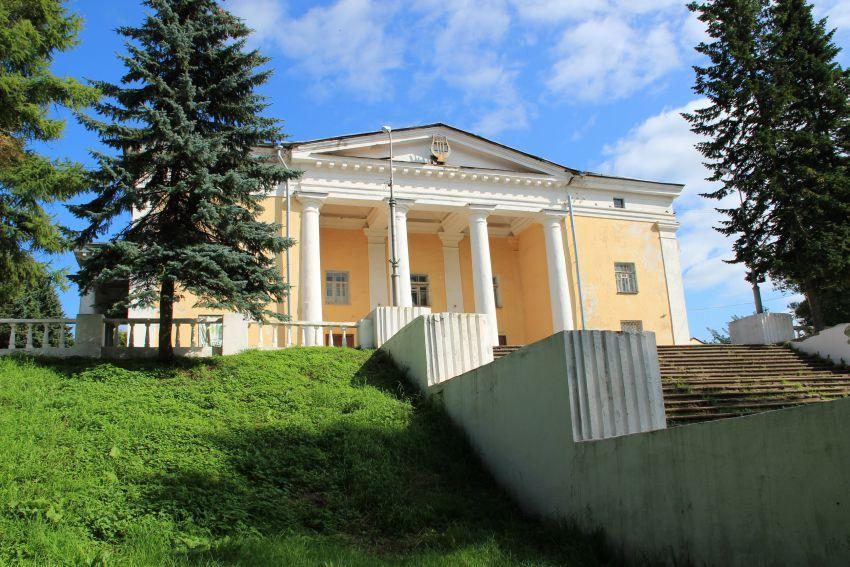 Дом культуры (быший собор Троицы Живоначальной) в Боровичах