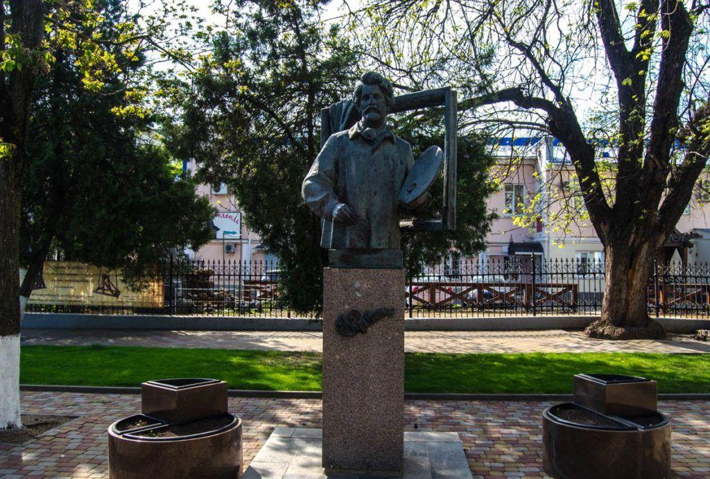 Памятник художнику-живописцу И. Е. Репину в Краснодаре