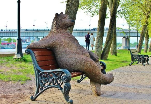 Скульптура «Медведь на скамейке» в Великом Новгороде