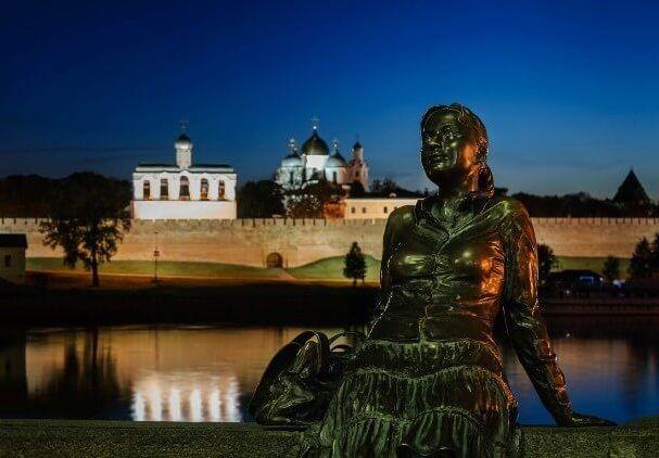 Скульптура «Уставшая туристка» в Великом Новгороде