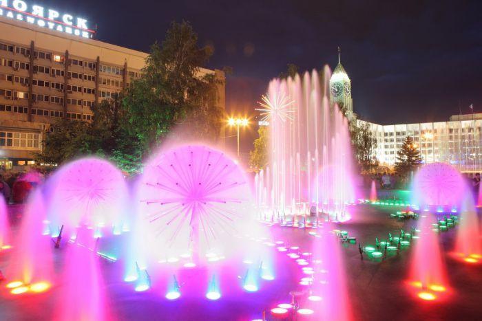 Музыкальные фонтаны на Театральной площади Красноярска