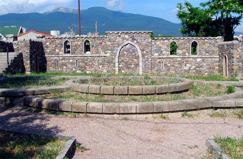 Дворик внутри крепости Алустон