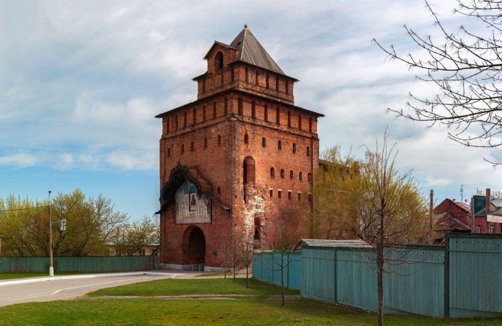 Главными воротами Кремля считаются Пятницкие ворота
