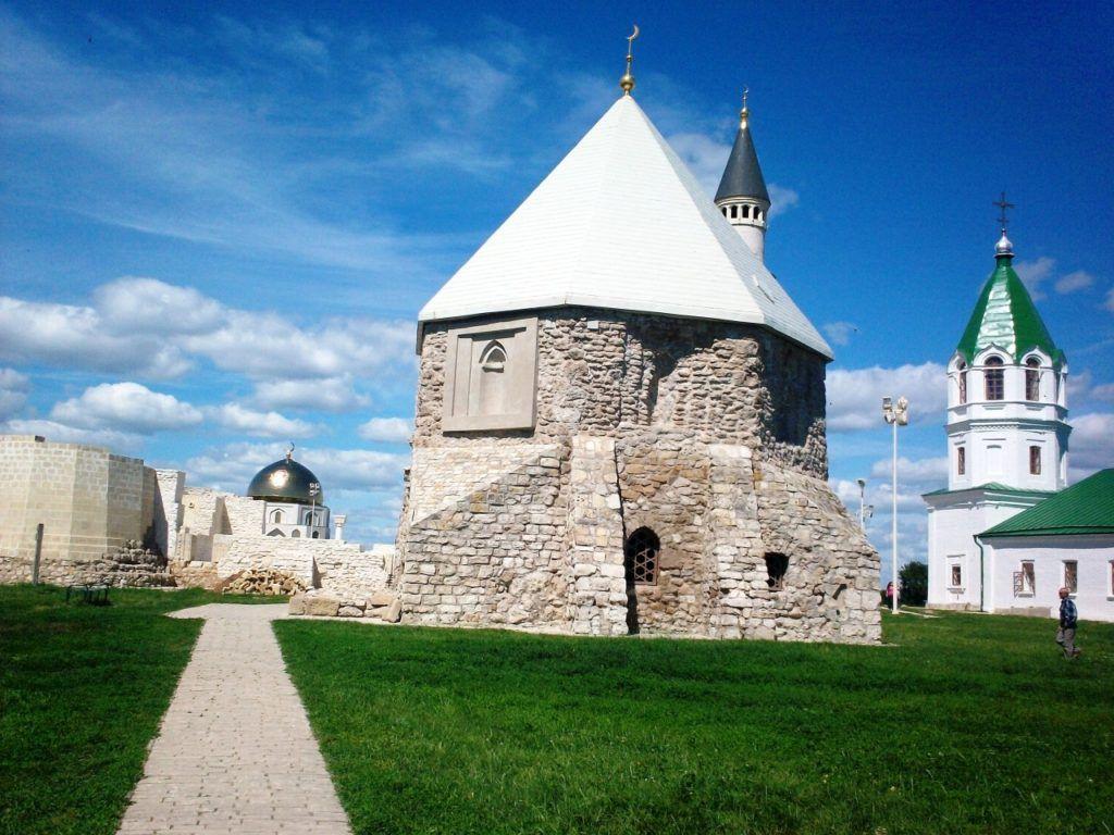 Восточный мавзолей в Болгаре
