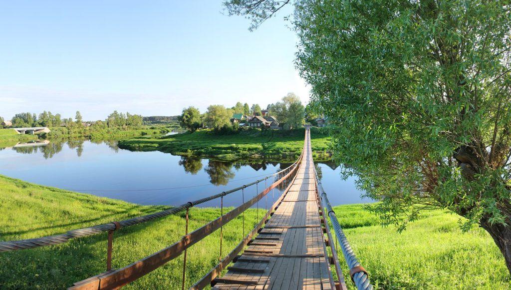 Подвесной деревянный мост в деревне Гверстянка близ Боровичей