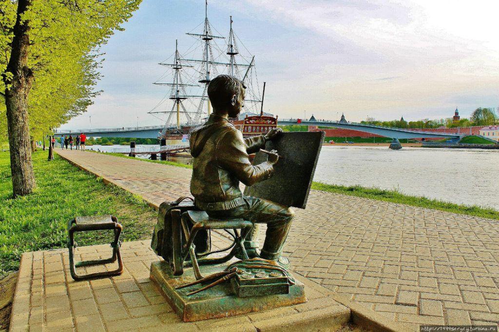 Скульптура «Рисующий мальчик» В Великом Новгороде