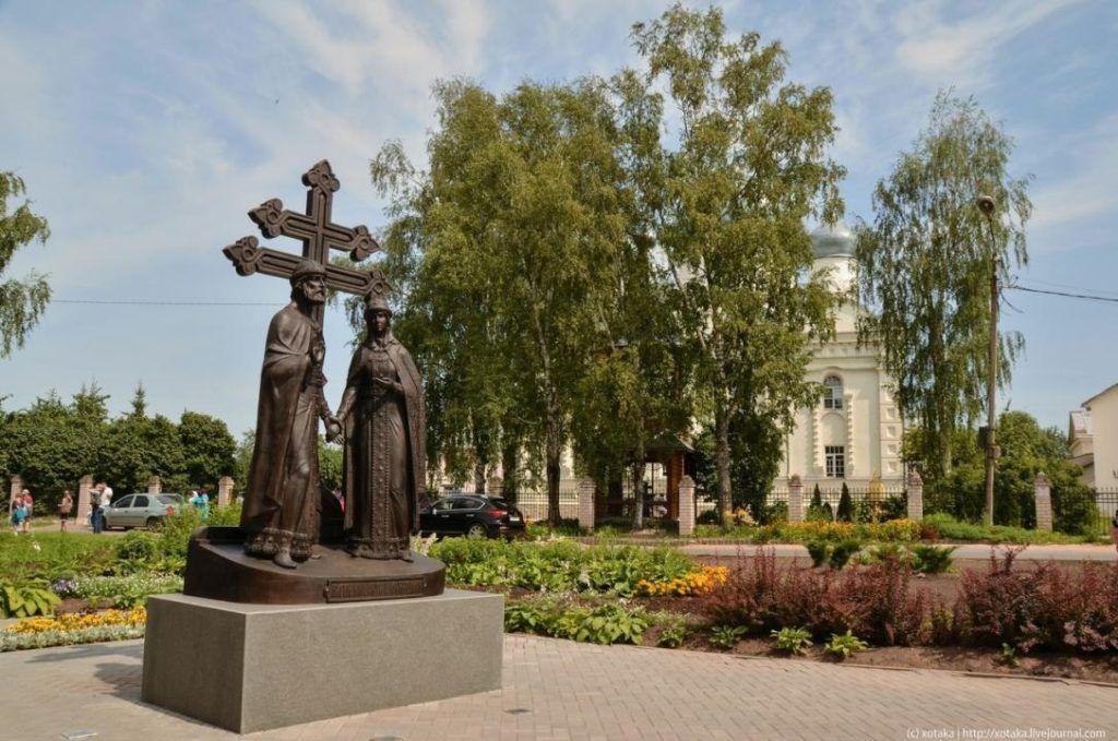 Памятник Святым Петру и Февронье в Великом Новгороде