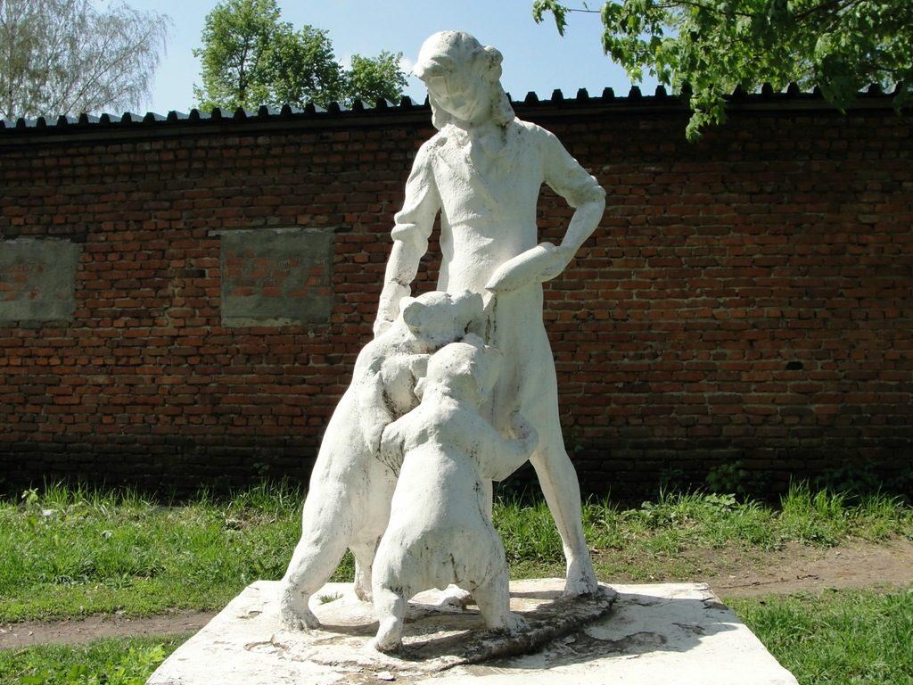 Гипсовая скульптура «Девушка, кормящая медвежат» в Спас-Клепиках