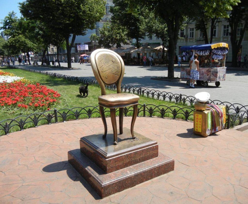 Памятник 12 стулу, г. Одесса