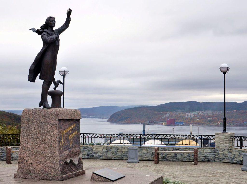Памятник женам моряков в Мурманске