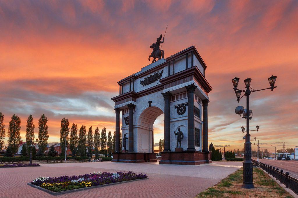 Триумфальная арка на бульваре Победы в Курске