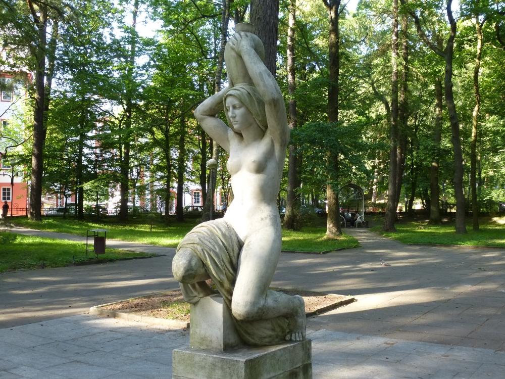 """Скульптура """"Несущая воду"""" в Светлогорске"""