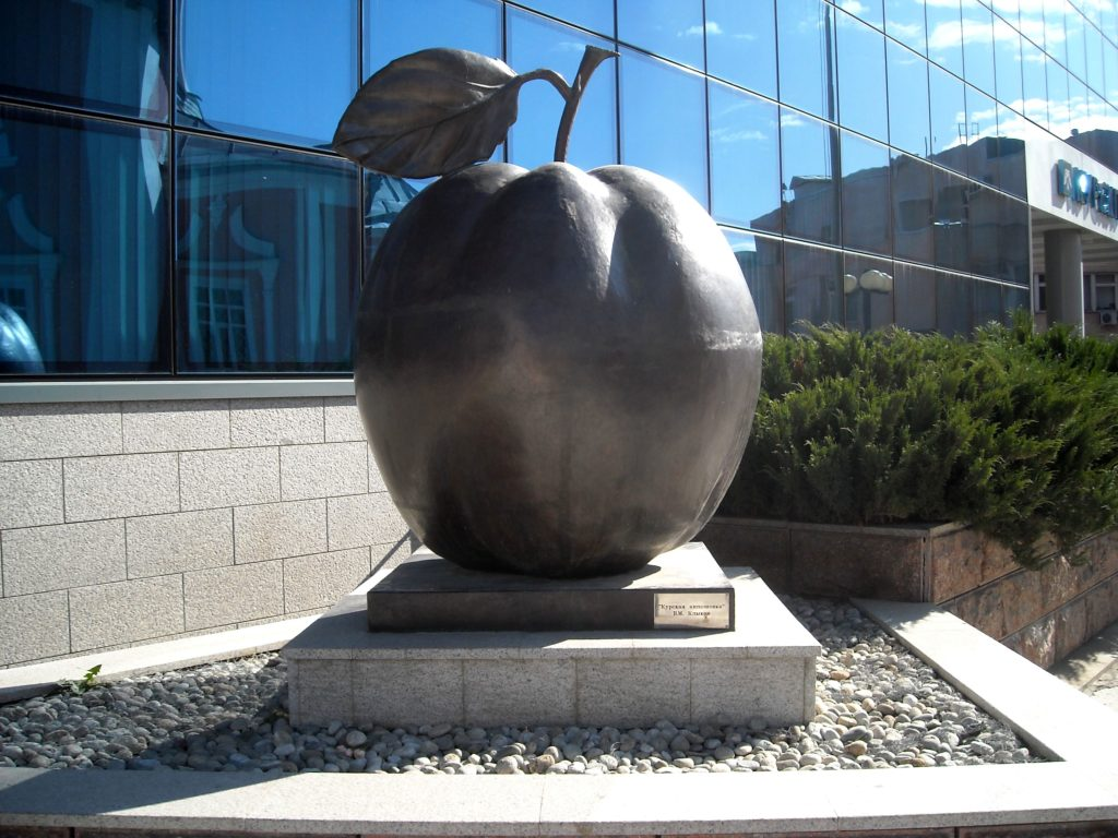 Памятник яблоку в Курске
