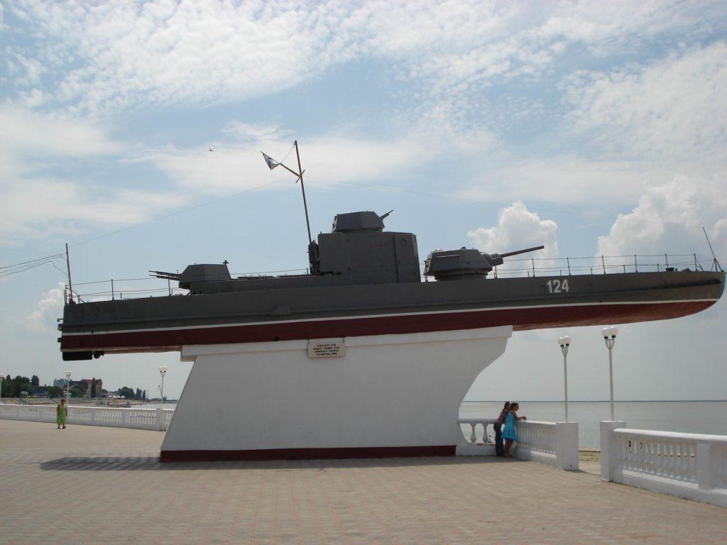 Памятник-бронекатер морякам Азовского флота в Приморско-Ахтарске